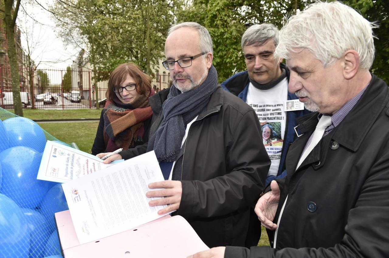 Signature de la charte par le Maire d'Hellemmes - 25.04.2016.